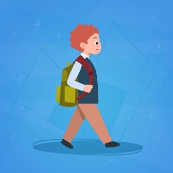 学校に歩く少年生徒