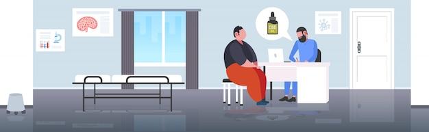 Доктор, предлагающий медицинскую бутылку конопляного масла марихуаны человеку, употребляющему коноплю для личного использования, законопослушный наркотик, концепция медицины, современная больница, интерьер, горизонтальный, полный