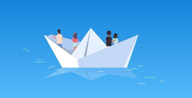 Люди группа, плавающая на бумажном корабле, вид сзади мужчины, женщины, команда, путешествующая на овцах, открытие, концепция, микс, раса, мужчина, женщина, герои мультфильмов, плоский горизонт