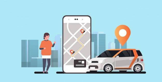 位置マーク付きの自動車を注文するモバイルアプリを使用している人レンタルカーシェアリングコンセプト交通カーシェアリングサービスモダンな街並み