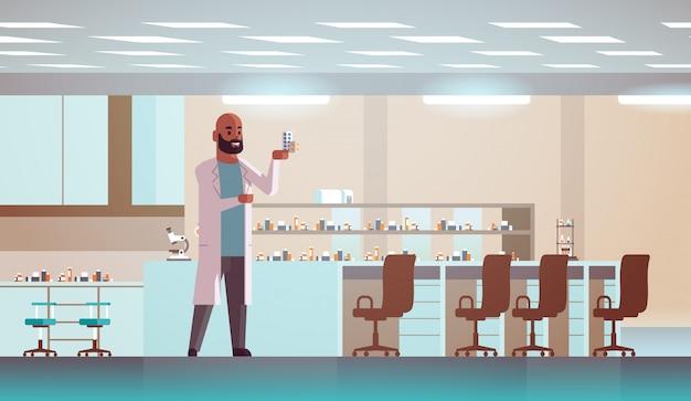Научный сотрудник с пакетами лекарств