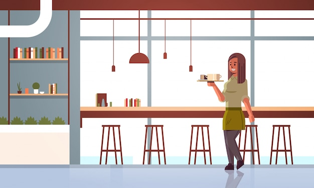 Официантка с кофе и пирожными на подносе