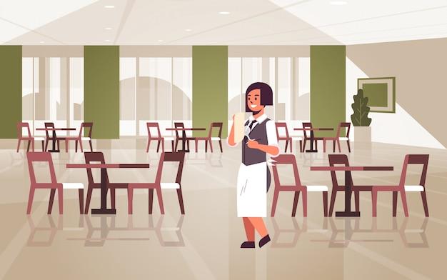 Профессиональная официантка полирует бокал с полотенцем