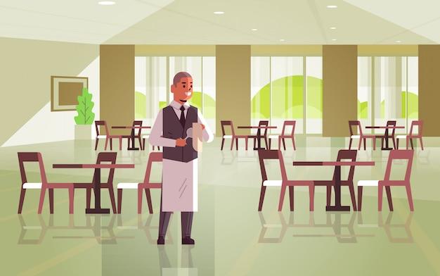 Профессиональный официант полирует бокал с полотенцем