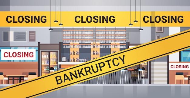 Пустой закрытый бар с желтым банкротством закрывающая лента карантин пандемии коронавируса