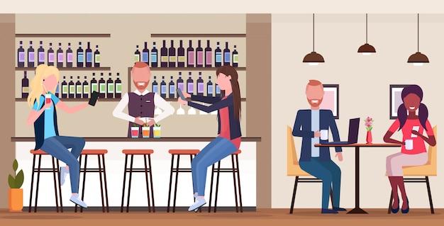 Девушка делает селфи фото на смартфон камера микс рас люди отдыхают в баре пьют коктейли бармен и официантка обслуживая клиентов современное кафе интерьер горизонтальный полная длина