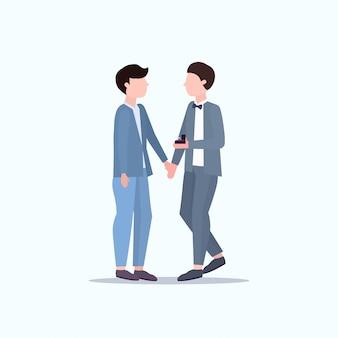Мужчина гей держит обручальное кольцо предлагает парень жениться на нем пара мужчин гомосексуальные браки предлагают свадьбу празднуют концепт мужских персонажей мультфильма полная длина