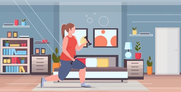 Женщина делать приседания упражнения с гантелями избыточный вес девушка тренировка тренировка потеря веса концепция современный дом спальня интерьер квартира полная длина горизонтальный