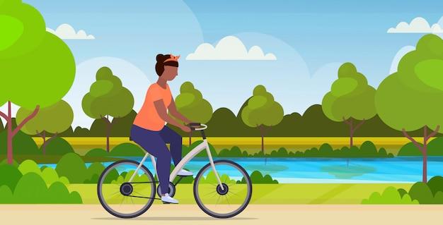女性乗馬自転車太りすぎの女の子サイクリング自転車トレーニング減量コンセプト夏公園風景背景フラット全長水平イラスト