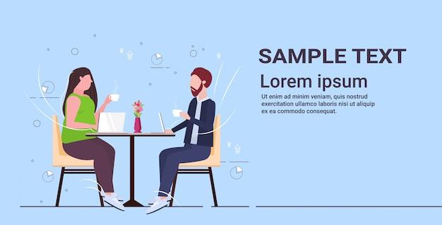 Бизнесмены пара обсуждение во время встречи деловые люди мужчина женщина сидит за столом кафе пить кофе отношения концепция полная длина копия пространство
