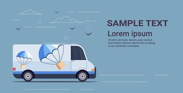 貨物バントラックパラシュートで空の速達便サービスコンセプト水平コピースペースから飛んで道路宅配ボックスを運転