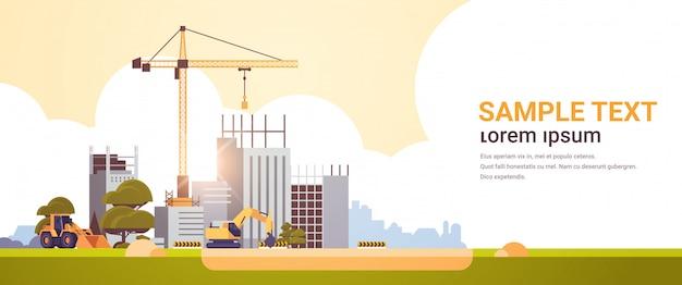 Современная строительная площадка с кранами трактор и бульдозер незавершенного строительства экстерьер закат фон плоский горизонтальный копией пространства