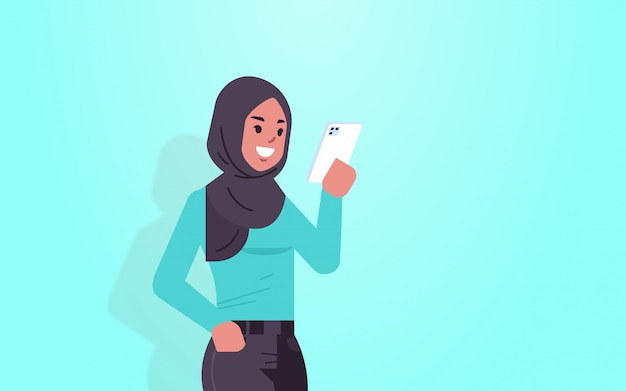 Арабский женщина держит мобильный телефон арабский девушка, используя смартфон мобильное приложение социальные медиа коммуникация концепция женский мультипликационный персонаж портрет горизонтальный