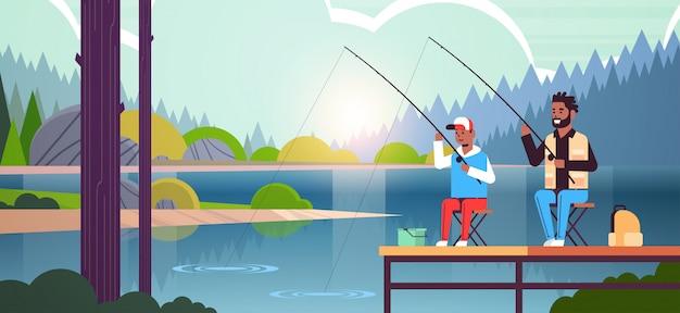 父と息子が一緒に桟橋の男からロッドを使用して小さな男の子と一緒に釣り幸せ家族週末フィッシャー趣味概念水地平線森林景観背景フラット全長水平