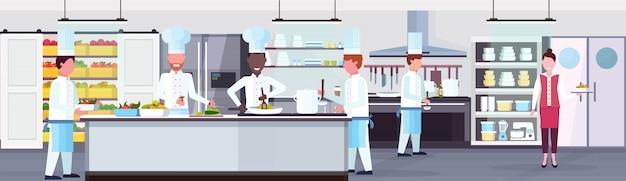 ミックスレースシェフ調理食品料理スタッフチームワークコンセプトモダンな商業レストランキッチンインテリア水平バナーフラット