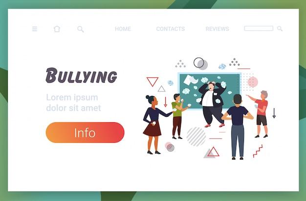 生徒が授業中にいじめと黒板の近くの男性教師をからかうといじめている悪い行動を実証している授業中にいじめの公共の不承認の概念コピースペース全長水平
