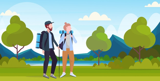 カップル観光客ハイカーのバックパックとスティックトレッキングハイキングコンセプト男性女性旅行者のハイキング美しい川山の風景背景全長水平フラット