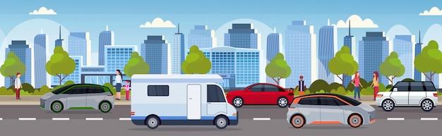 Пробка с автомобилями и автоприцеп трейлер вождение на городской дороге современный городской пейзаж фон плоский горизонтальный баннер