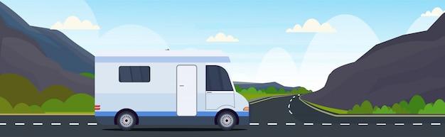 高速道路レクリエーション旅行車両キャンプコンセプトで旅行キャラバン車美しい自然山風景背景フラット水平