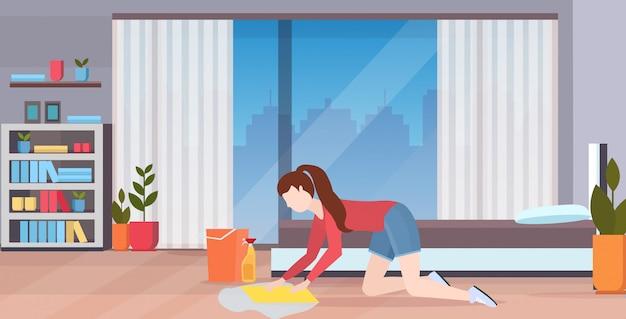 Домохозяйка мытье пола на коленях женщина уборщик используя ткань и ведро девушка делает уборку по дому концепция современной спальни интерьер полная длина квартира горизонтальный