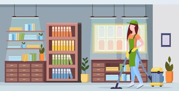 均一な掃除機床掃除サービスコンセプトモダンな共同作業センターオフィスインテリアフラット全長水平で掃除機の女の子をしている女の人
