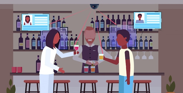 Афроамериканцы люди, пьющие коктейли в баре бармен, обслуживающие клиентов, опознавание лица, концепция распознавания, камера видеонаблюдения, система видеонаблюдения, плоская горизонтальная портрет