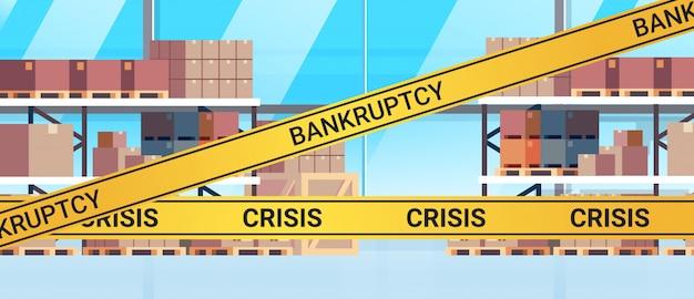 Пустой, без людей склад, полный грузов с желтой лентой банкротства кризис пандемия