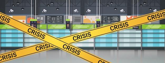 Пустые полки супермаркетов с желтой кризисной лентой концепция карантинной пандемии коронавируса