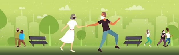 コロナウイルスのパンデミック検疫を防ぐために医療用マスクを着用して屋外で歩く人々
