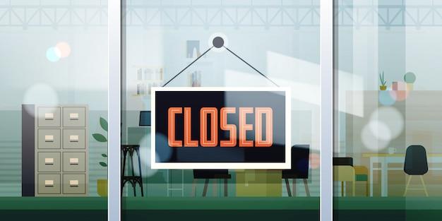 Закрыто знак висит за пределами окна офиса коронавирус пандемия карантин банкротство коммерческий кризис