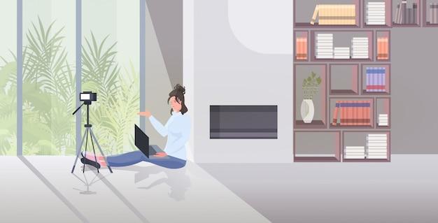 コロナウイルス検疫ライブストリーミングブログのコンセプトの中にビデオブログを記録している女性のブロガー