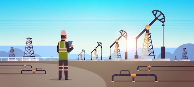 タブレットオイルを使用して男性エンジニア製油所労働者