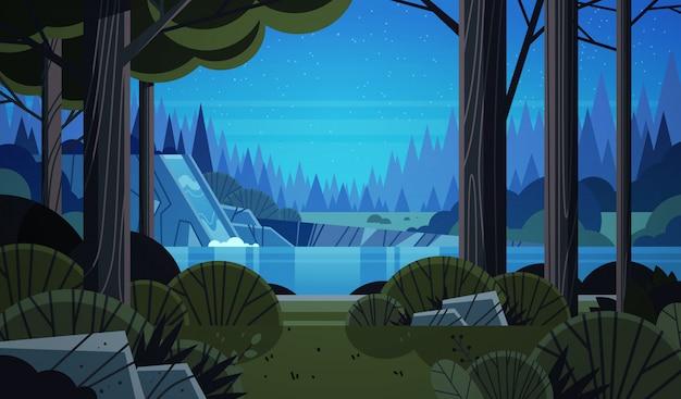 岩の崖の夜の夏の森の自然風景の上の美しい滝