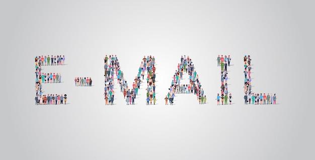 メールの単語の形で集まる人々の群衆