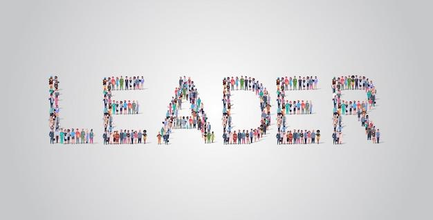 リーダーの言葉の形で集まる人々の群衆