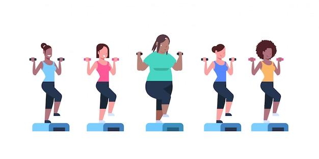 Женщины с гантелями делают приседания на ступеньках на платформе разные типы телосложения девушка тренируется в тренажерном зале