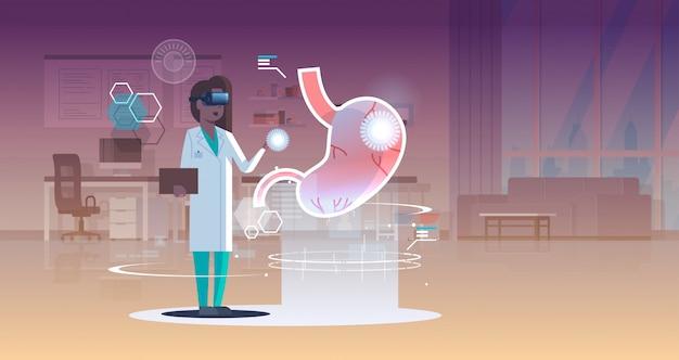 Женщина-врач медсестра носить цифровые очки, глядя в виртуальную реальность желудка человека орган анатомии