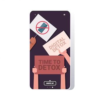 赤い禁止標識のガジェットとポスターを保持しているレース活動家の手をミックスデジタルデトックスコンセプト