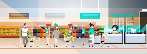 コロナウイルスのパンデミックを防ぐために食料品店から距離を置いている防護マスクの顧客
