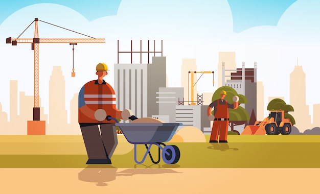 ビルダーの防護服とヘルメットの建設労働者の建物の建設工事現場背景フラット全長水平で砂の忙しい職人と手押し車を押して
