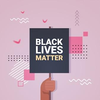 黒い肌の色の人種差別に対する黒の生活問題バナー意識キャンペーンを持っている手