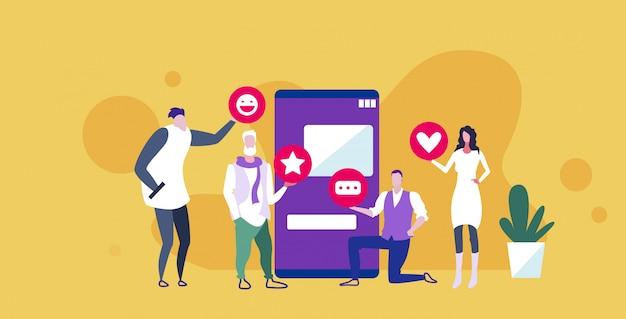 Предприниматели, держащие различные значки уведомлений сети, деловые люди, использующие мобильное приложение онлайн концепция общения в социальных сетях