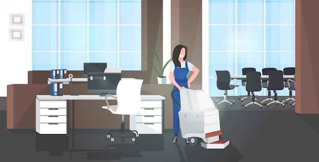 Уборщик женщина с помощью пылесоса улыбка женщина в униформе по уходу за полом концепция уборка современный офис горизонтальный полная длина