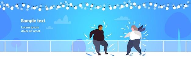 Толстый мужчина мужчина женщина кататься на коньках на катке избыточный вес смешать расы пара выполняет активный отдых в зимний сезон потеря веса концепция копией пространства