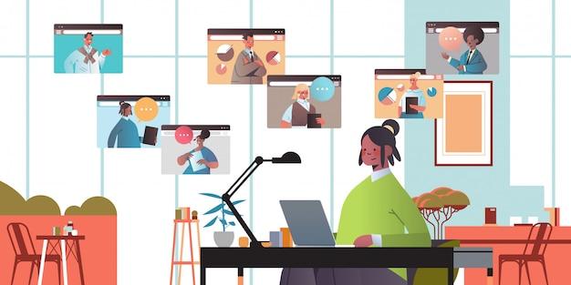 オンライン会議会議コミュニケーションコンセプトオフィスインテリア水平肖像イラストを持っているビデオ通話ビジネス人々の間に混合レースの同僚とチャット実業家