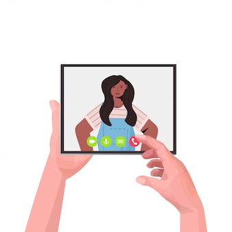 Человеческие руки с помощью планшетного пк в чате с афро-американской девушкой во время видеосвязи онлайн-конференции встреча связи концепция портрет иллюстрации