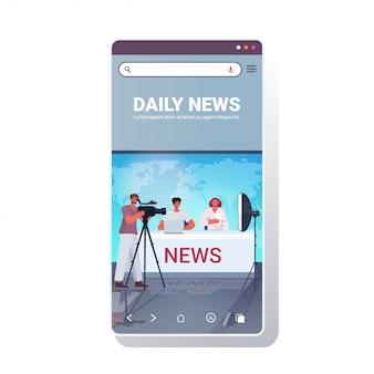 Ведущие вещают с оператором по телевидению люди обсуждают ежедневные новости в современной телестудии смартфон экран мобильного приложения полная длина копия пространство иллюстрация