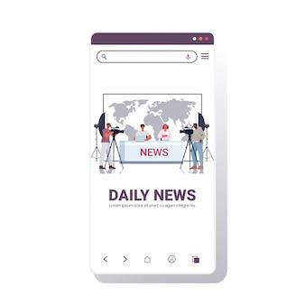 Ведущие вещают с кинооператорами по телевидению люди обсуждают ежедневные новости в современной телестудии смартфон экран мобильного приложения полная длина копия пространство иллюстрация