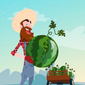 Фермер держит арбуз урожай плоской векторной иллюстрации