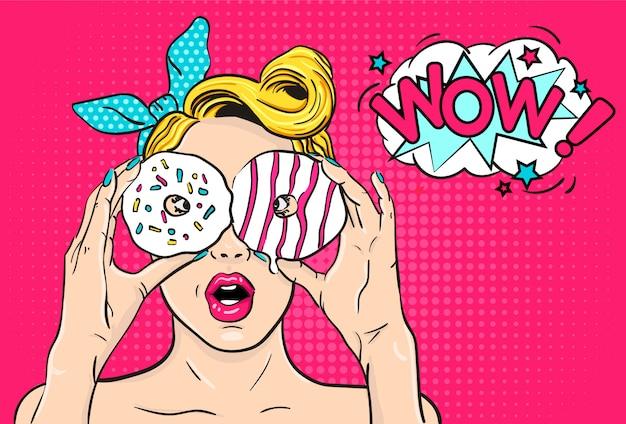セクシーなポップアートの手でドーナツを持つ女性を驚かせた